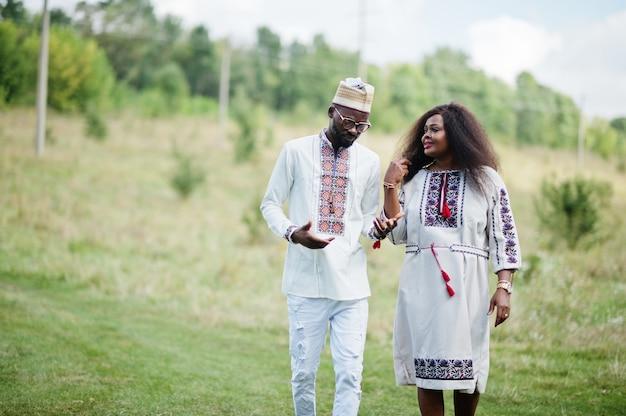公園で伝統的な服を着たカップル