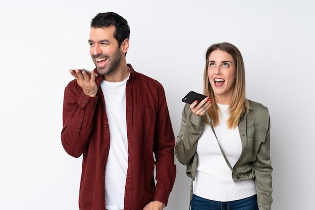 Пара в день святого валентина через изолированную стену, отправив сообщение голосом или по электронной почте с мобильного телефона