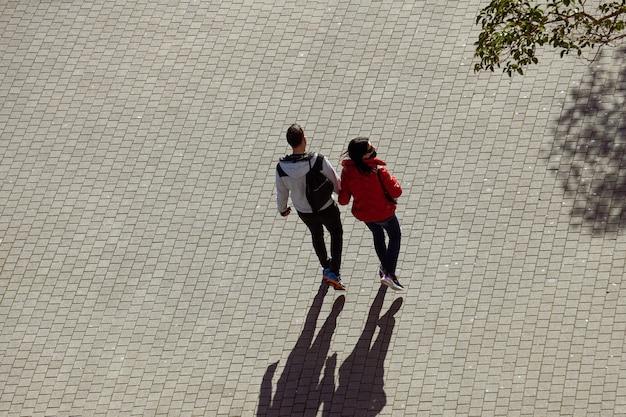 스페인 빌바오의 거리에서 발렌타인 데이 커플