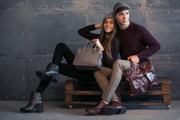 Пара в зимних одеждах в студии