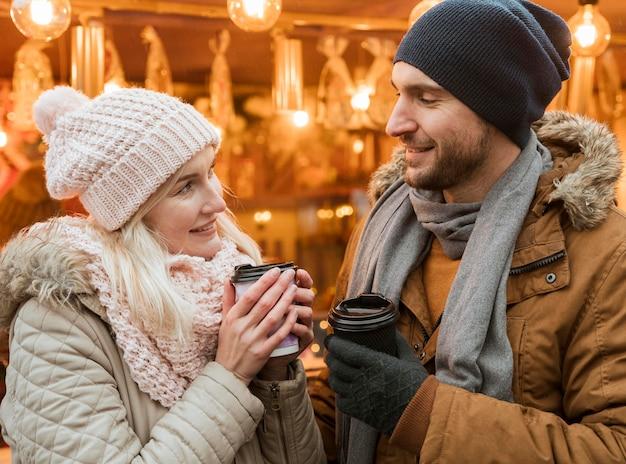 Пара зимой, пить горячий напиток