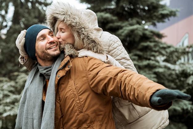 Пара зимой дурачится вместе