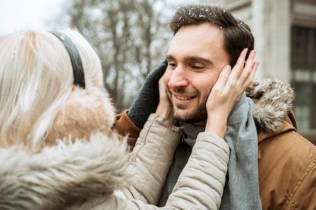 Пара зимой через плечо