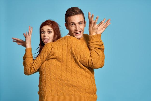 黄色いセーターのポーズのカップル