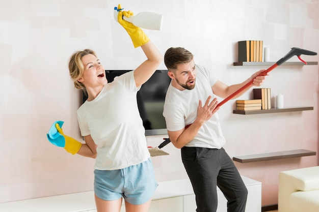 Пара в помещении готова убирать дом
