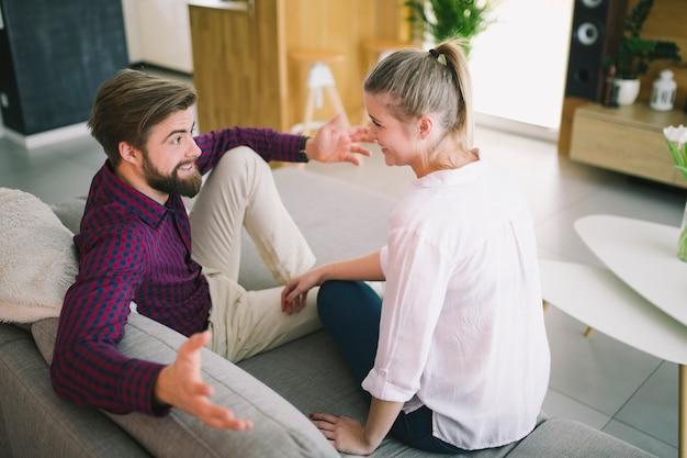 Пара, взаимодействующих на диване