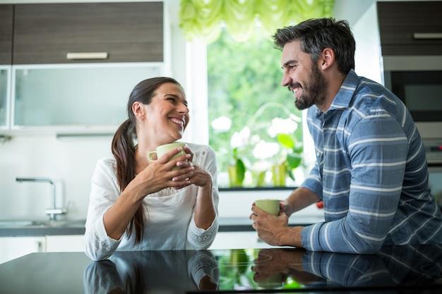 Пара общается за чашкой кофе