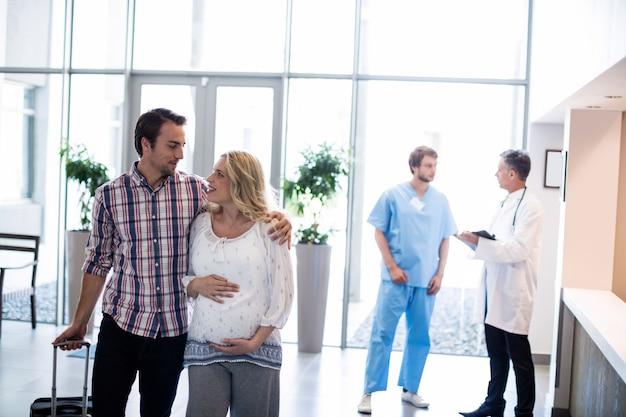 病院で互いに相互作用するカップル