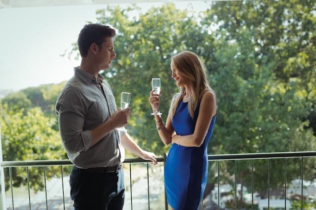 シャンパンを飲みながら相互作用するカップル