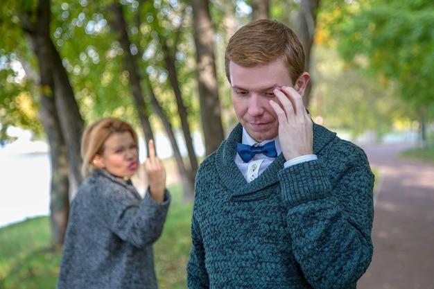 公園での不一致のためにカップルが喧嘩している