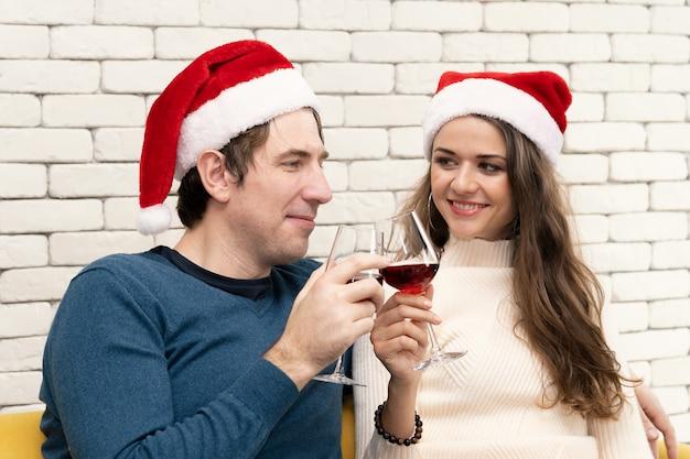 부부는 소파에 레드 와인을 마시는 앉아있다.