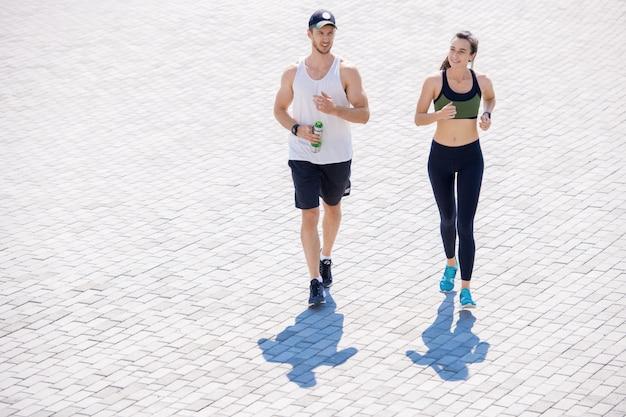 街でジョギングするカップル