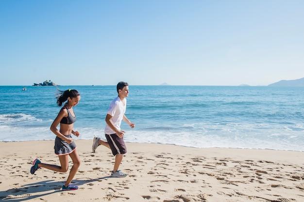 太陽の下でジョギングするカップル