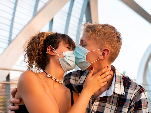 Пара поцелуй с маской, концепция социального дистанцирования