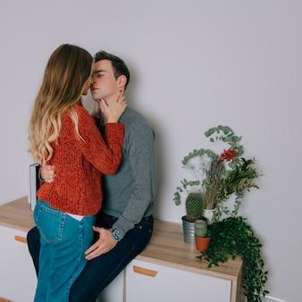 Пара целоваться и трогать друг друга