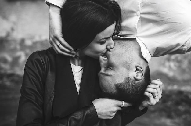 Пара целуя его сверху и снизу ее
