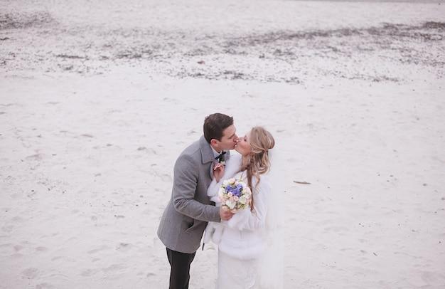 Пара, поцелуи в снегу