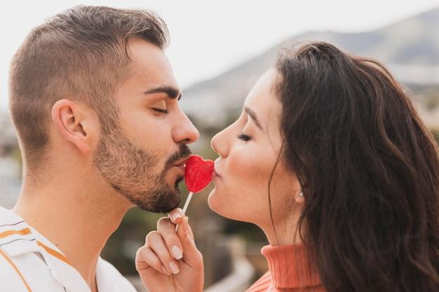 カップルがロリポップにキス