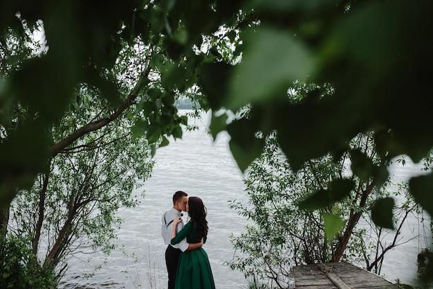 カップル湖の隣にキス