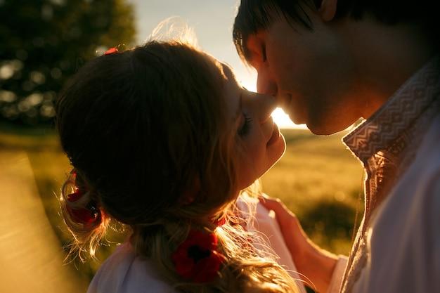 夕日にキスするカップル