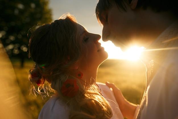 Coppia che si bacia al tramonto