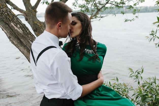 Coppia che si bacia con sfondo il lago