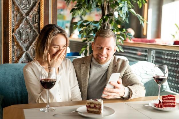 何かで笑っているカップル