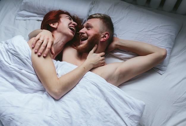 Coppia ridere a letto