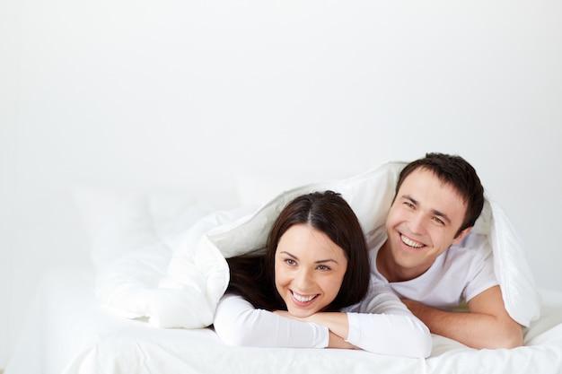 침대에서 웃 고 커플