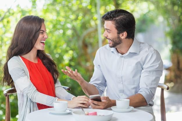 会話しながら笑っているカップル