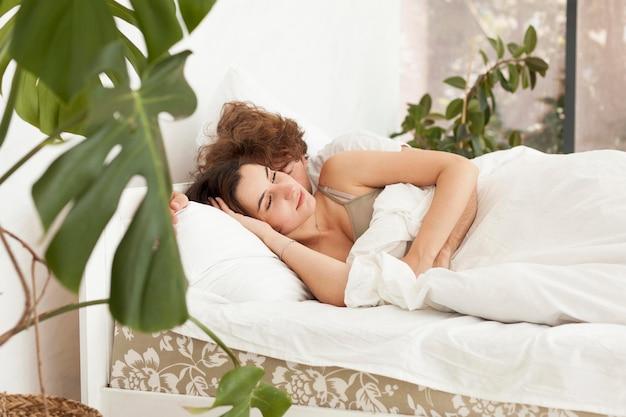 Coppia sdraiata a letto insieme