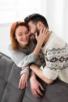 Пара опирается на диван в гостиной