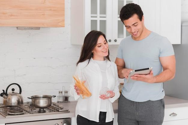 Coppia che impara a cucinare dai corsi online