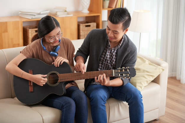 ギターを弾くことを学ぶのカップル