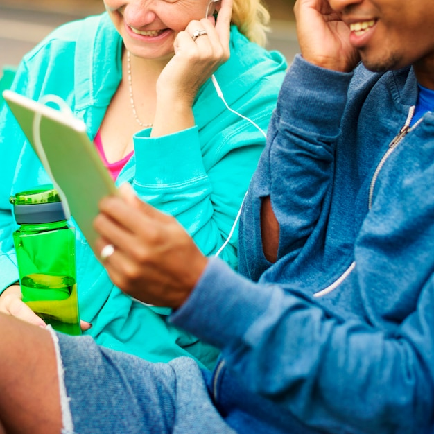 タブレットから音楽を聴くカップル