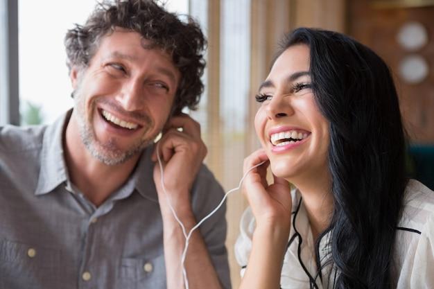 Пара слушает музыку вместе в кафетерии