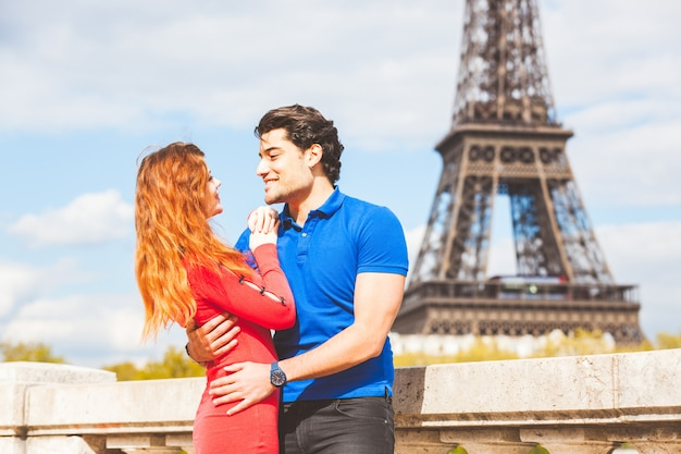 Couple in lonve in paris with eiffel tower