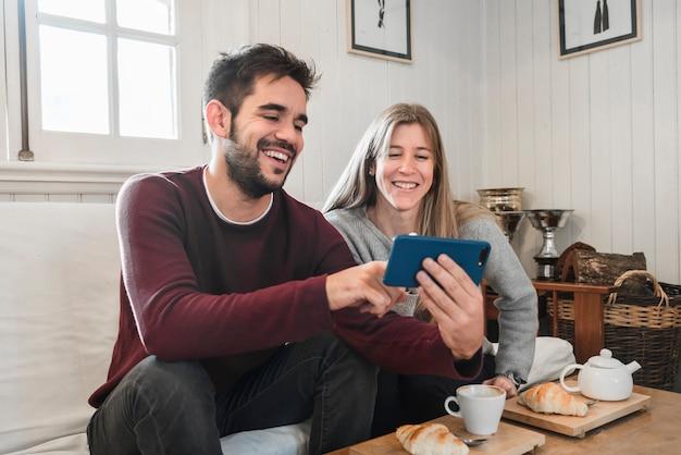 Пара смотрит на фотографии в телефоне