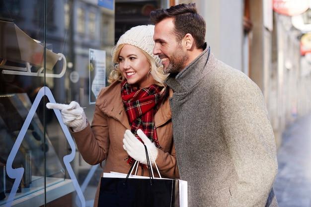 ショッピングウィンドウを見ているカップル