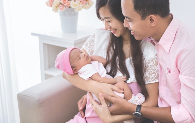 女の赤ちゃんを探しているカップル