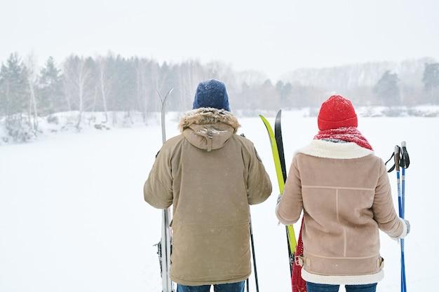 Пара смотрит на зимний пейзаж