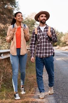 旅行中に目をそらしているカップル