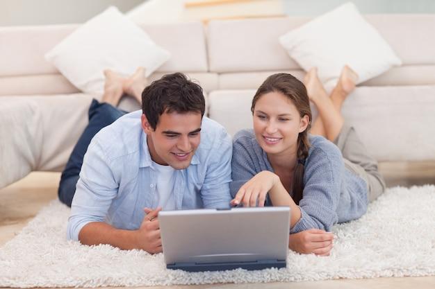 インターネットで何かを探しているカップル