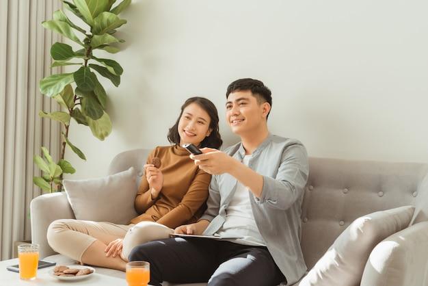인터넷에서 tv 프로그램을 찾는 커플