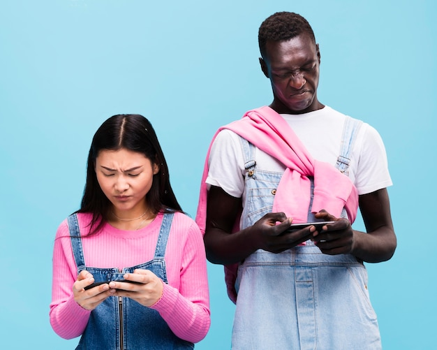 自分のスマートフォンを探しているカップル