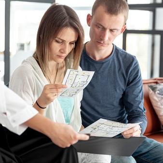 Coppie che guardano insieme sulle offerte della casa