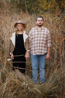 Пара смотрит и хмурится осенью