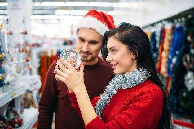 슈퍼마켓에서 스노우 글로브에 보이는 커플