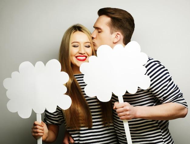 부부, 사랑, 가족 개념: 막대기에 빈 종이를 들고 있는 사랑스러운 부부.