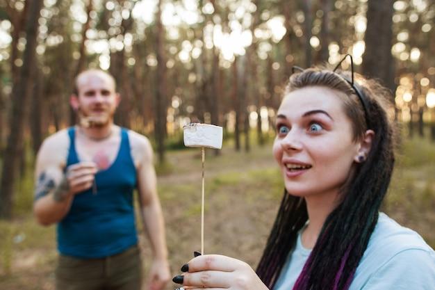 커플 사랑 농담 파티 재미 자연 피크닉 개념. 함께 행복.